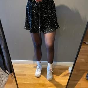 """Superfina shorts från H&M i storlek 34. Shortsen ser ut precis som en kjol på och får samma """"svaj"""" som en kjol 🥰 jättestretchiga i midjan och knyts med snöre."""