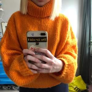 Heeeej! Säljer denna stickade tröja från divlin knit. Super härlig orange färg som passar perfa en kall sommarkväll💖 Står ingen storlek men sitter mysigt oversized på mig med small, så ja du avgör!