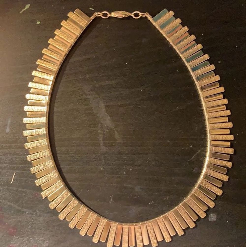 Säljer detta extremt fina guld halsband (inte äkta guld). Har själv knappt använt den så den är i fint skick⭐️. Accessoarer.