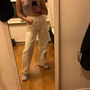 Vita mom jeans från Zara🤍 vida och baggy i modellen. Jag är ca 160cm lång! Superfina och sköna men används inte längre, köparen står för frakten😇