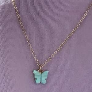 Supersnyggt halsband med fjäril finns i fler färger och kontakta mig vid köp eller fler önskemål ps fins i örhängen!!
