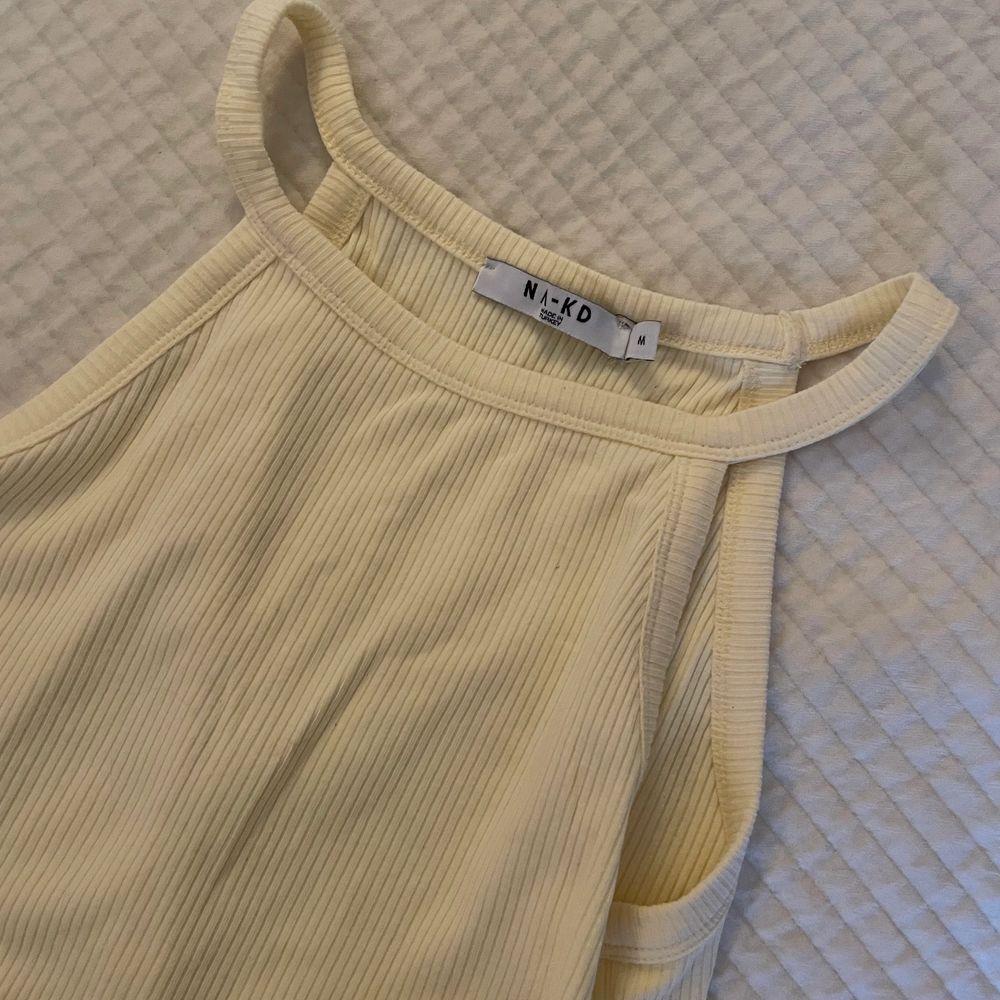 Superfint gult tajt linne 💛 Aldrig använt!. Toppar.