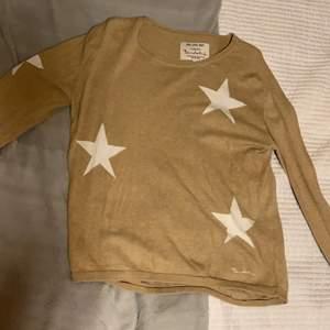 Superfin beige sweater från Bondelid med ett stjärnmönster. Endast använd ett fåtal gånger. Säljer för att den ej är min stil. (Färgen är lite ljusare än på bilden och inte lika gul).