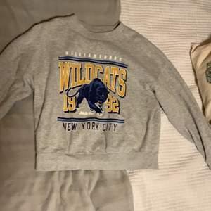 Grå sweatshirt med tryck från Gina Tricot. Endast använd ett fåtal gånger och säljes då den inte längre är min stil