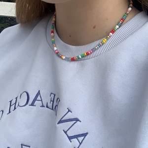 Superfina pärlhalsband finns i två olika storlekar på pärlorna. På första bilden är dom större och på den andra är det endast dom små, om man vill ha i andra färger så är det bara att skriva💖