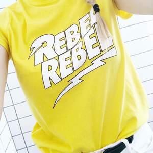 Gul t-shirt med texttryck från Daisy Street, storlek XS.