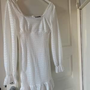 Superfin vit klänning, perfekt till student. Säljer pga för stor. Storlek S-M. Helt oanvänd. Bra passform och ej genomskinlig. Köpt på Shein för 349kr, priset kan diskuteras.