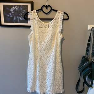 Superfin klänning, perfekt till studenten eller skolavslutning. Använd en gång, så i nyskick!! från Gina tricot, storlek 36. Säljer för 200kr💞 köparen står för frakt
