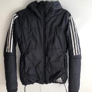Säljer en svart/mörkgrå adidas jacka. Jackan är använd i ett årstid och har en liten reva på framsidan vid fickan. Förövrigt är jackan i mycket bra skick! 😍
