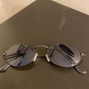 Säljer dessa coola solglasögonen då de inte kommer till användning. Bara testade på vilket innebär att de är i ett bra skick.