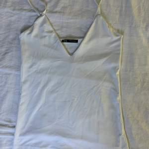 Fint BASIC linne från ZARA. Väldigt skönt material, nästan som bikini/baddräkt material