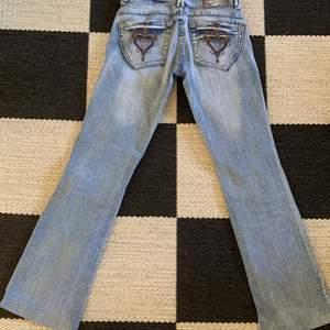 Så snygga lågmidjade jeans i storlek 27 och passar mig som vanligtvis har 34/36. Innerbenslängd 79 cm men dom är uppsprättade längst ner. Köparen står för frakten!! Om fler är intresserade blir det budgivning!💋💋