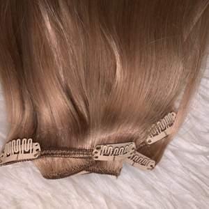 7 delar. 50cm äkta hår. I färgen mellanblond. Bra skick! Använt under en kort period. Frakt tillkommer