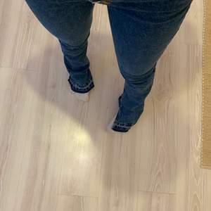 Säljer dessa jeans från pull & bear, sparsamt använda💕
