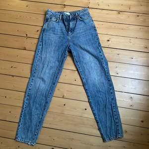Mom jeans ifrån Gina tricot i strl 34, säljer pga för små. Köparen står för frakten❤️