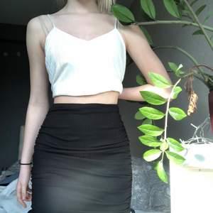 Jättefin veckad kjol som man kan justera längden på genom att dra i snörena som hänger i sidorna. Perfekt nu till sommaren. Den kommer inte till användning så därför säljer jag den💕