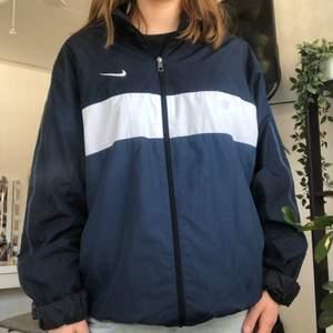 Funderar på att sälja min älskade jacka från Nike. Storlek XL men sitter oversized på mig. Köpt på Plick. Superfint skick förutom att storlekslappen är utsuddad. 260kr + frakt 💖