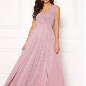 Säljer min fina långa rosaglittriga balklänning med slit från bubbleroom. Tyvärr oanvänd pga inställd bal men jag hoppas att den kan komma till ny användning ❌Lånad bild, skriv för fler bilder