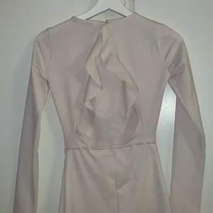 Super söt klänning ifrån Ginatricot som endast kommit till användning 1 gång. Liten fläck nere på den men den går säkert bort i tvätten. Storlek Xs. Köparw står för frakt🌸🌸