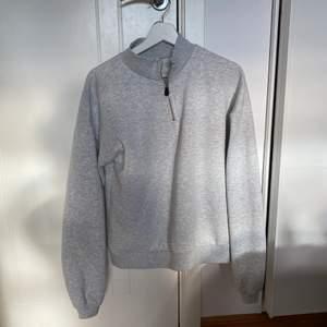 Grå sweatshirt från Nelly. Sparsamt använd