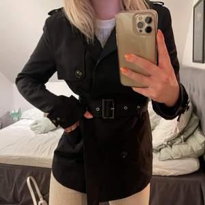 Säljer min superfina svarta kappa som tyvärr aldrig kommer till användning. Jättefin nu till våren och sommaren😍 Har kostat 600kr och säljer för 200kr+frakt🥰🥰💗💗