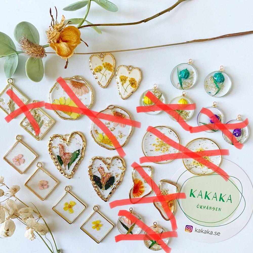 handgjorda torkade blommorörhängen i nyskick, oanvända, 60kr/par inklusive frakt, när du köper mer än ett par får du rabatt :) nickelfria ‼️ 🚀följ min Instagram för 2kr rabatt 🎉 @kakaka.se . Accessoarer.