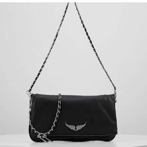 Säljer min Zadig väska pgv att den inte andvänds längre, jätte fint skick. Köptes i julas så bara för några månader sen. Dust bäg och båda banden medföljer, skriv för mer bilder💕
