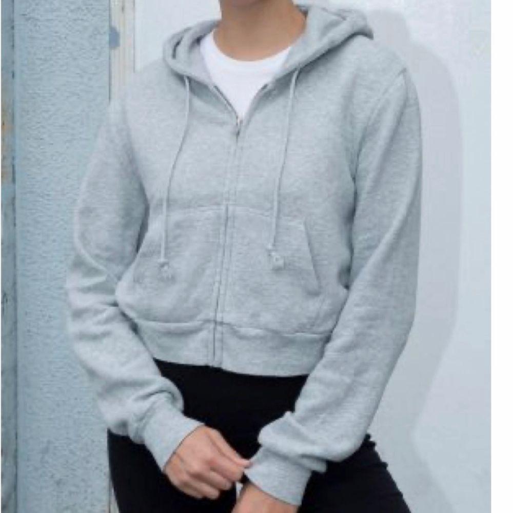 Croppad grå hoodie från Brandy Melville. Säljer då den inte kommer till användning💗storleken passar en xs eller s💗köparen står för frakten. Huvtröjor & Träningströjor.