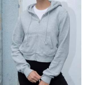 Croppad grå hoodie från Brandy Melville. Säljer då den inte kommer till användning💗storleken passar en xs eller s💗köparen står för frakten