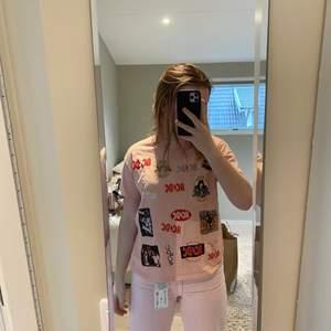 En rosa ACDC t-shirt köpt i stockholm på pull&bear för något år sedan, aldrig använd! Original pris 180kr