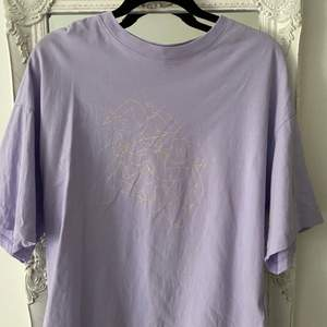 En supersnygg oversized T-shirt från Monki i storlek XS, men passar S/M också! Den är i jättefint skick och knappt använd. Frakt 66kr (spårbar) , eller så kan jag mötas upp i Stockholm city!💓 Köp direkt för 150kr eller buda