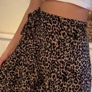 Säljer denna ursöta kjolen som är leopard mönstrad. Den har volanger nertill och en tvärsöver, även en rosett upptill som är omknytbar. Skriv privat vid intresse <3