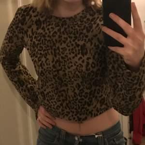 Super cool leopard tröja som slutar lite över naveln på mej som är 170cm. Nopprig men annars i fint skik💖