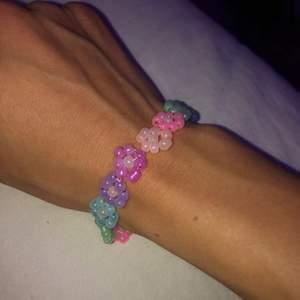 Hejsan! Jag pärlar också en del och säljer allt från armband, halsband örhängen och ringar. Här är några av mina halsband och armband med inspiration av sommarens färgen 💞 jag har massvis av olika berlocker osv så om du vill göra ett perslonligt så tar jag bara beställning. Priser varierar såklart. Armbandet med blommor ligger på 80 kronor medans halsbandet med berlocken på ligger på 100!!