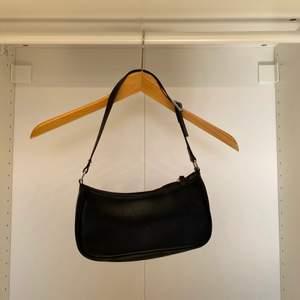 !GARDEROBSRENSING! Hoppas att någon annan kan få mer användning av denna baguette väska från Monki. Fräsch och fin trots stor användning under några månader.