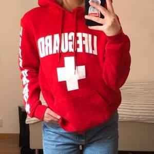 Lifeguard hoodie i storlek S (herr) Knappt använd :) Kan mötas i Stockholm eller så står köparen för frakten 🌸