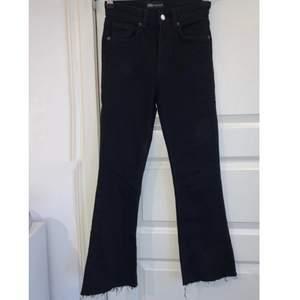 Jätte fina och helt oanvända boot cut jeans, köpta på Zara i storlek 34. Slitningar ner till och sitter jätte bra där bak.