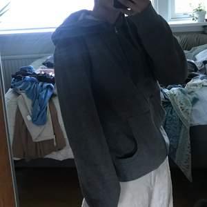 Grå dragkedje hoodie, super skön med ett lite tjockare material vilket gör att den tål värme.