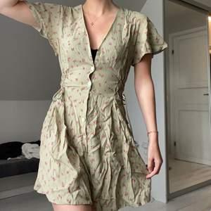 Säljer denna superfina gröna klänningen från other stories! Den är aldrig använd.. köptes för 690 kr men säljer för 350 kr! Frakten tillkommer 💚