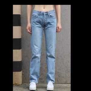 Helt nya jeans från brandy Melville stl xs-s beroende på hur man vill att de ska sitta, medelhög/låga i midjan