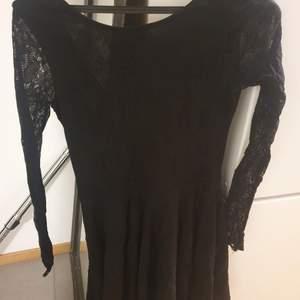 Säljer min klänning i spets från Monkii storlek S sparsamt använd!