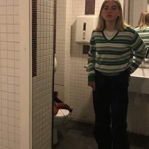 Säljer denna superfina grön randiga tröjan! Köpt second hand men knappt använd👍 ganska oversized