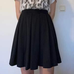 Festlig svart kjol i veckat tyg. Skickar fler bilder vid behov.