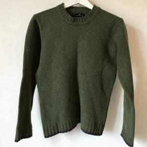Underbar mossgrön tröja i 80% ull från danska Day Birger et Mikkelsen. Grovt stickat men mjukt material och mörkblå detaljer i kanterna. Möjligen litet stelare än helt ny, men fortfarande mjuk och skön! Fungerar för både XS och S.  Kan mötas i Stockholm eller skicka mot fraktkostnad! ✨🌸✨