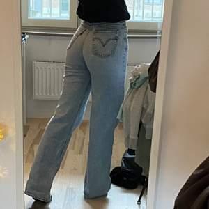 """Såå snygga levis jeans i modellen """"ribcage wideleg"""" storlek 26/34, går ner till marken på mig som är 168cm 🤩 Säljer direkt för 450kr+frakt!! Nypris för dessa är 1200kr. Postar spårbart med postnord 🤝 ( Lägger ut dessa igen pågrund av att jag ej fick dem sålda förra gången, oseriös köpare )"""