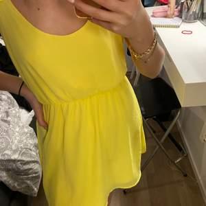 En jättesöt gul klänning som är köpt för 2 år sen från bubbelroom. För 150kr Använd 1 gång jättefint skick. Banden går tyvärr inte att ställa in utan det är detaljer. Skriv för fler bilder på plagget, frakt går att diskuteras