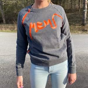Jättecool sweatshirt från Marc Jacobs med tryck och text på ärmen. Använd en gång.