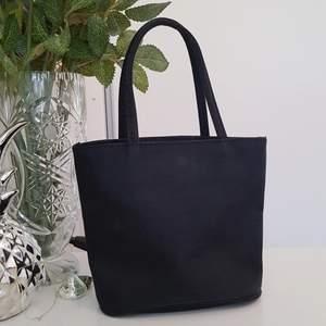 En söt liten handväska som har ett lite glitteraktigt material! Aldrig använd och är i ett fint skick🥰 Väskan har bara ett fack! Köparen står för frakten!