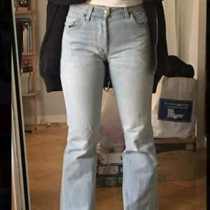supersnygga ljusblå lee bootcutjeans som tyvärr blivit för små för mig!!