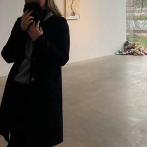 Svarta kappa från only, köpt hösten 2019, strl S💜
